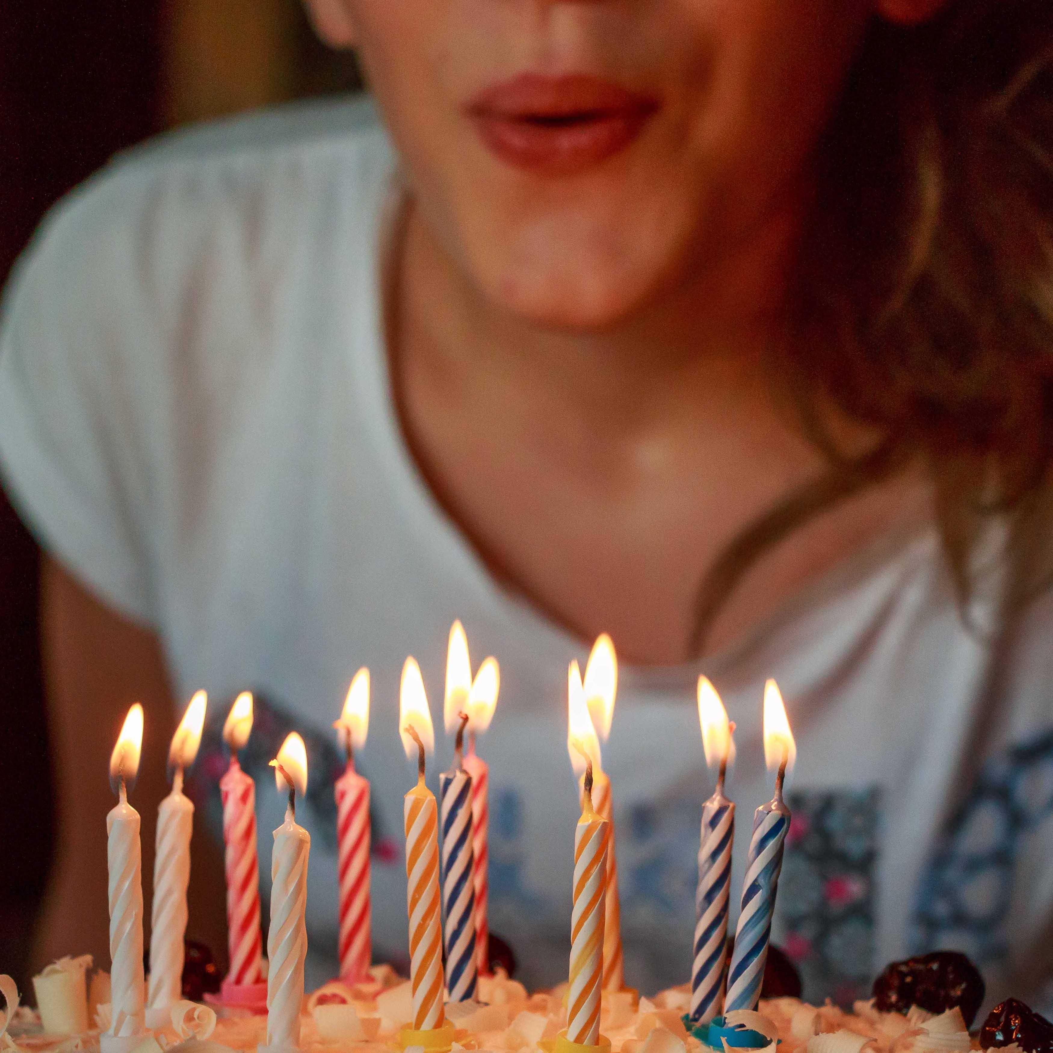 Niña sopla tarta con velas